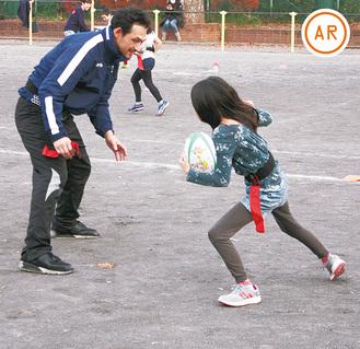 川合レオさん(左)に挑む児童