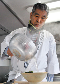 うどんを作る宮司の石川さん