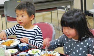 提供されたカレーをおいしそうに口に運ぶ子どもたち