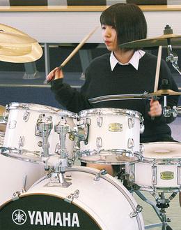 ドラムを演奏する川崎さん