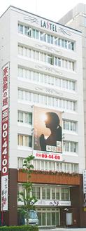 新横浜駅すぐ近くのラステル新横浜。地上9階建てで、様々なタイプの葬儀ができる充実した施設だ