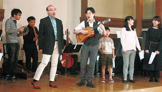 受講生と歌う金井さん(右から4人目)