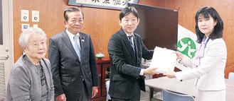 栗田区長に陳情書を渡す高見沢院長(右から2番目)
