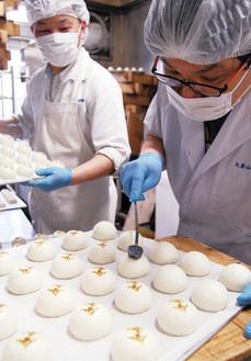 「令和饅頭」づくりに精を出す田辺義明さん(左)、亮二さん兄弟