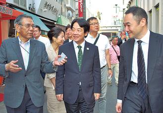 頼氏(中央)に商店街を案内する鈴木氏(右)と中森会長