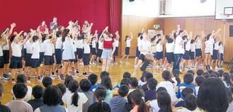 YAメンバーと元気いっぱいに踊った6年生児童