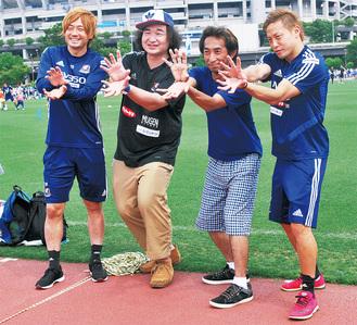 仲川輝人選手(右)、和田拓也選手(左)とゴールパフォーマンスを再現