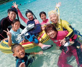 仲間とダイビングを楽しむ片桐さん(右から2人目)
