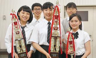 全国大会に出場する(前列左から)池田さん・岩崎さん・藤代さんと放送部のメンバー