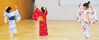 美しい踊りを披露する児童たち