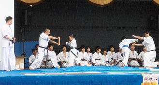 板割りを披露する「空手道 禅道会」