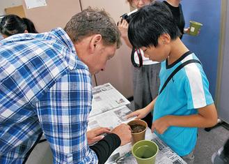 子どもにコツを教えるスミザーさん(左)