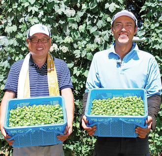 古川原さん(右)と芹田さん。今年は倍の収穫量に