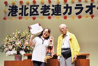 優勝トロフィーを持つ片山さんと酒井会長
