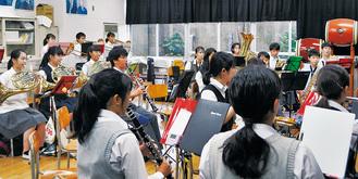 10月13日の地区運動会での「高田音頭」初披露目に向けて練習を行う部員ら。