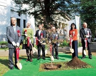 栗田るみ区長をはじめとした関係者らが、区の木である「ハナミズキ」を植樹した