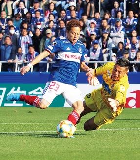GKをかわしてゴールを決めるFW・仲川選手