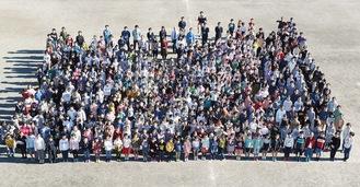 屋上からの全校児童集合写真