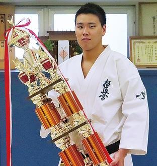 優勝トロフィーを手にする上田選手