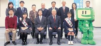 笑顔を見せる(前列左2人目から右に)小野澤さん、南部署長、石川会長、野竹さん