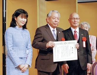 代表して表彰状を受けた畠山会長