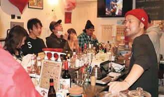 笑顔で客をもてなす花澤店長(右端)