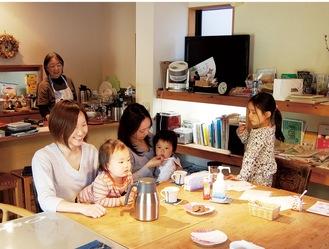 平日の昼、大倉山ミエルで過ごす親子連れ