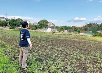 ブドウ農園予定地に立つ町田さん