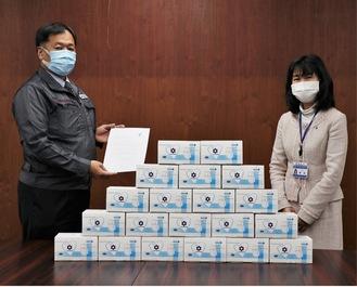 栗田区長(右)にマスクの寄付を行った緑川代表理事