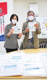 綱島商店街連合会に支給されたマスクは3,000枚。7商店会に分配を行った中森綱島商連会長(右)