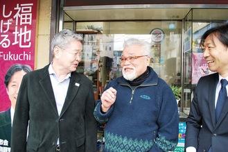 たばこ店前で談笑する齋藤さん(中央)と長井菊名北町町内会長(左)、福地議員(右)