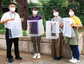 オリジナル感染防止グッズを手にする、(左から) 熊谷副校長、青田さん、宮崎さん、平林さん