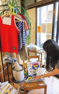 子ども服、絵本、おもちゃが並ぶ施設内