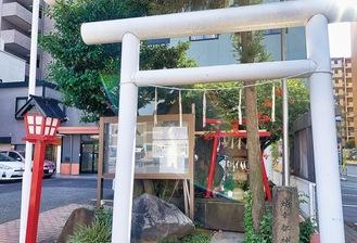 赤鳥居の隣には白蛇が祀られている