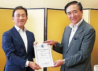 認定証を手にする塚本社長(左)と黒岩知事