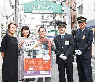 イベントをPRする(左から)山口さん、島名さん、池田さん、西郷駅長、佐藤駅長