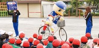 正しい自転車の乗り方を実演するマリノスケ