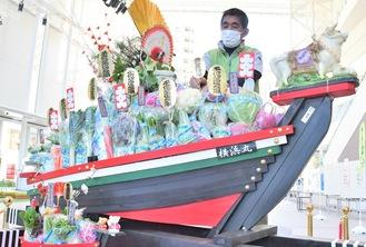 迫力満点の宝船と松本さん(写真提供=JA横浜)
