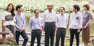 会長の酒井政喜さん(中央)と社長の洋輔さん(左から2人目)、スタッフ