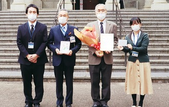 青木館長(中央左)と平井所長(同右)