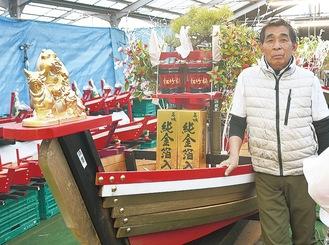 今年の干支・丑を施した大船と松本さん(取材時は制作途中)