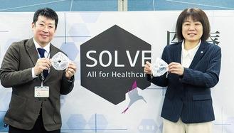マスクを手にする井上代表取締役(右)と友田所長