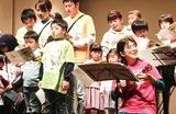 音楽を通し患者たちと触れ合う片岡院長(前列右)