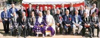 摩尼住職(前列中央左)と隈研吾さん(同中央右)ら