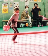 綱島東小の児童がテニピンに挑戦、伸び伸びスポーツ楽しむ