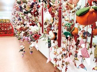 壁いっぱいに飾られた吊るし雛