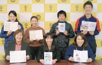 関谷校長(前列中央)と冊子作成に携わった教職員