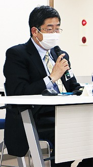 リモートで講演する鈴木会長
