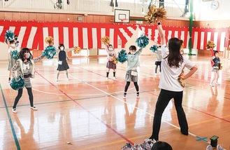 元気よく踊る児童たち