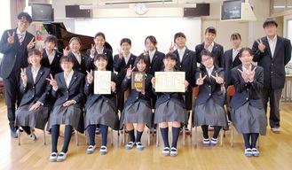 過去最高の成績に笑顔を見せる、大綱中学校合唱部の部員ら